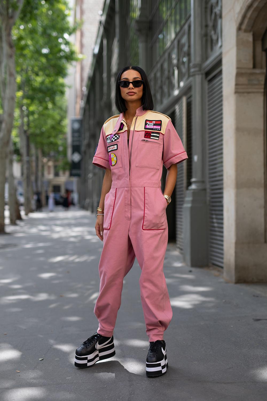 ワーク感あるジャンプスーツはカラーリングで変化を出して。くすみ系のピンクならトレンド感があっておしゃれ指数もアップ。2トーンカラーのプラットフォームスニーカーもクール!