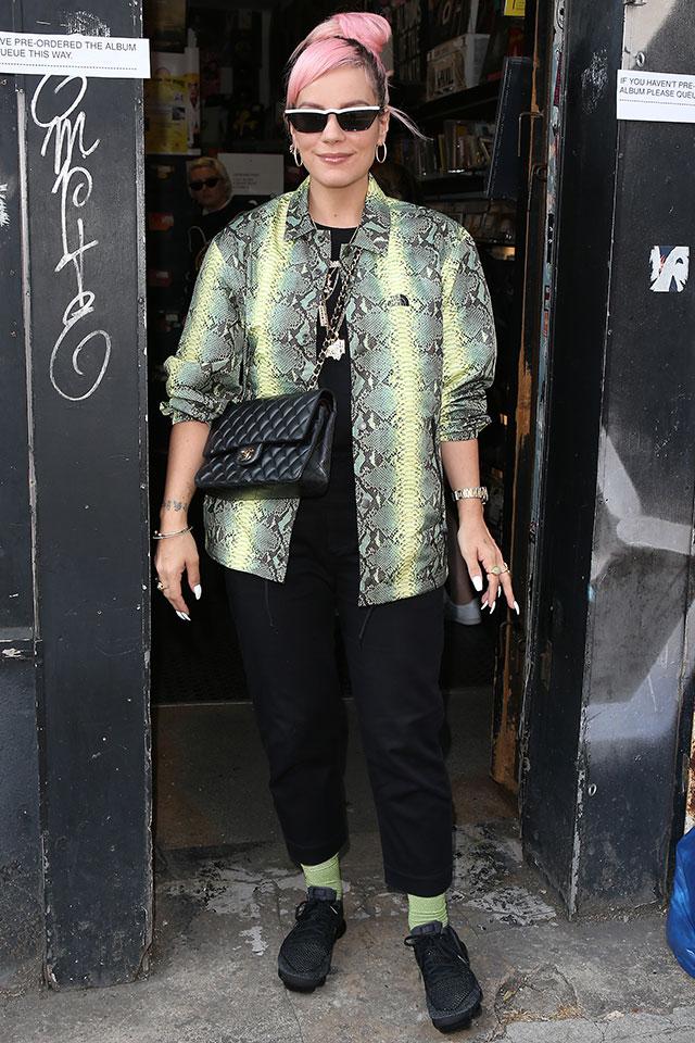ピンクヘアが目を引く、アーティストのリリー・アレン。ブラックスタイルのアクセントとして、鮮やかなスネーク柄のジャケットをオン! ソックスとカラーリンクしているところもおしゃれ。