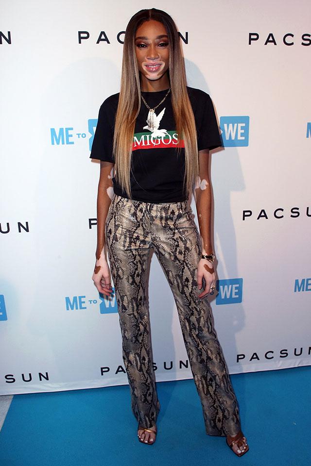 人気モデルのウィニー・ハーロウは、ハードな印象のヘビ柄パンツをTシャツでカジュアルダウン。足元はレディなサンダルを。ミニマルなコーディネイトだからこそ、シルエットを重視したアイテム選びがカギ。