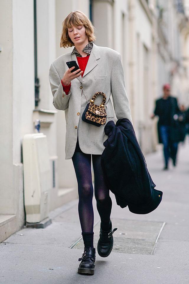 アニマル柄初級者は、ポイントで取り入れるのが◎。ビッグシルエットのジャケットスタイルのポイントとして、襟とバッグでレオパード柄を。コーディネイトに変化が出て、グッとおしゃれに仕上がる。