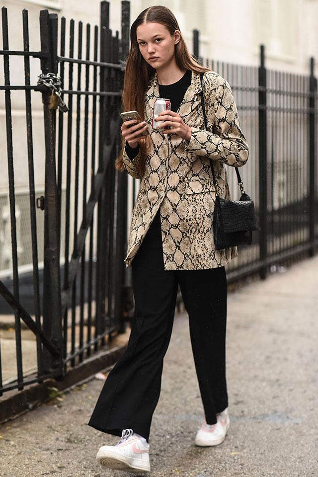 シンプルなブラックスタイルに、アニマル柄のジャケットをプラスすることで個性的なスタイルが完成! アクセサリーは控えめにして、ミニマルにまとめるのがおしゃれに見えるコツ。足元はやっぱりスニーカーが気分。