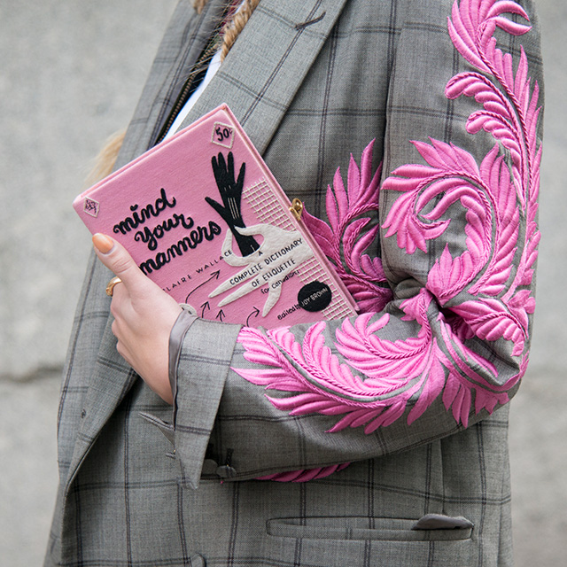 ブックのようなデザインがキュート! ジャケットの刺しゅうデザインとリンクしたピンクカラーでトレンド感あり。小脇に抱えるようにさり気なく持つことで洗練された雰囲気に仕上がる。