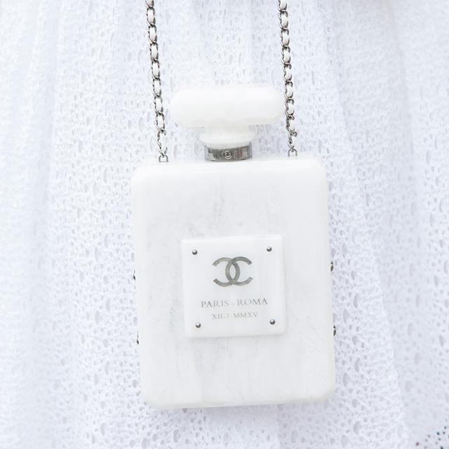 フレグランスボトルをイメージしたバッグはモード感あり。ホワイトベースにシルバーグレーのロゴがさりげなく光る。実用的なバッグというよりは、アクセサリー感覚で取り入れるのが◎。
