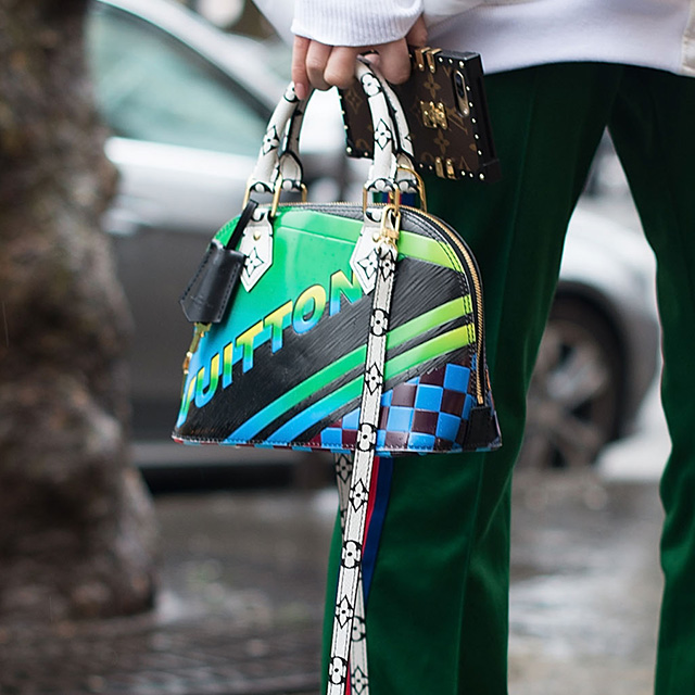 カラフルでポップなデザインが目を引くバッグは主役級の存在感。今シーズンのトレンド、スポーティなルックを格上げしてくれる。特徴的なバッグだからこそ、バッグが際立つスタイリングを心掛けて。