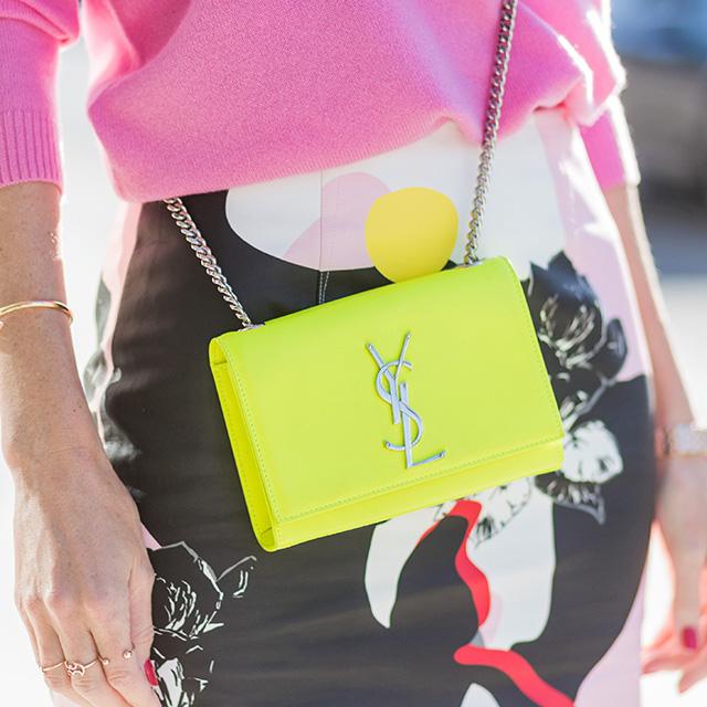 蛍光イエローが目を引くウォレット型のバッグは、その色を活かしたポップなスタイルに仕上げても、モノトーンルックの遊びとして取り入れてもおしゃれ。お財布代わり使っても可愛い♥