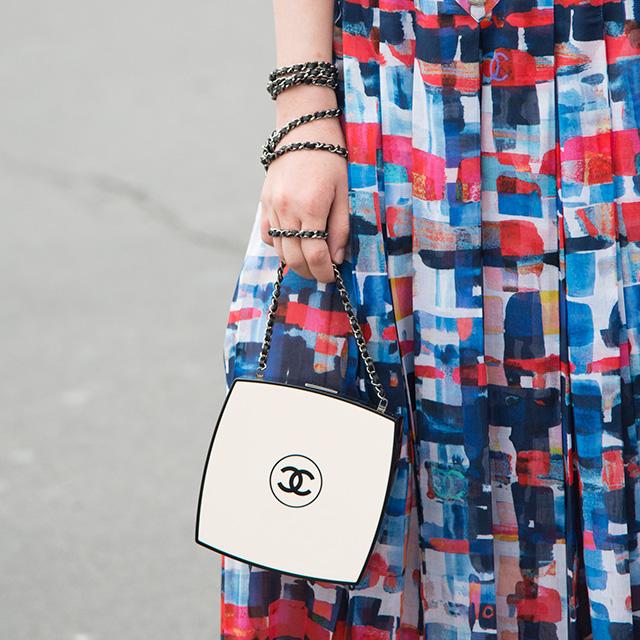 メイクアップアイテムのコンパクトのようなデザインのバッグは、洗練されたミニマルさがモード指数高め! アクセサリーのようにチェーンを腕に巻きつけるように持つスタイルは真似したい。