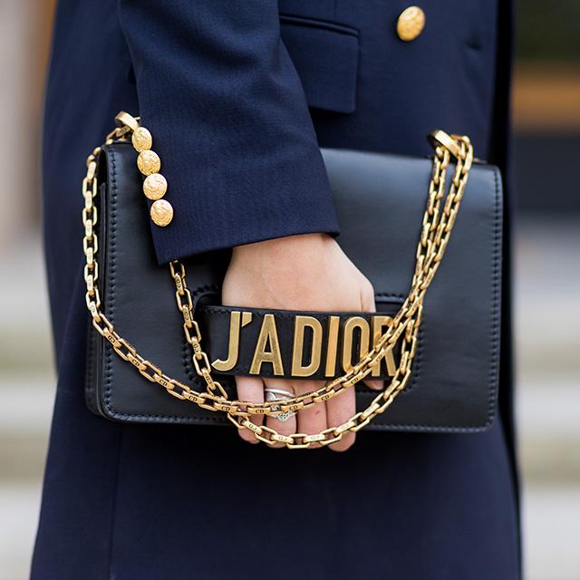 ブラックバッグにゴールチェーン&ロゴのデザインはモード派におすすめ。かっちりした印象だから、マニッシュスタイルにも、きちんと感を出したいオフィシャルなスタイルの時でも合わせやすい。