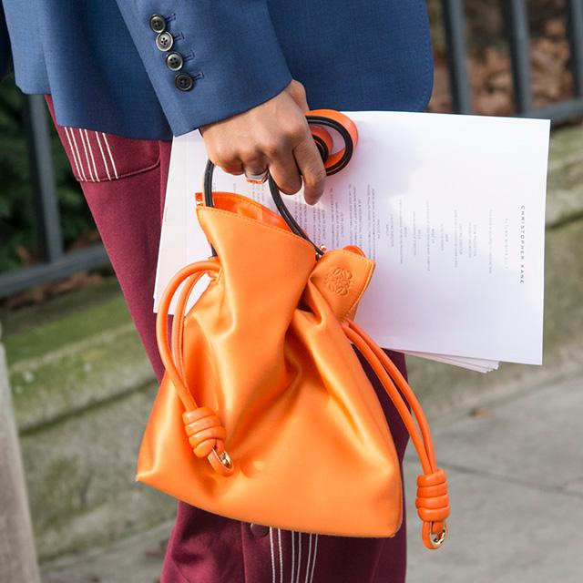 巾着ショルダーもミニサイズが今っぽい! トレンドアイテムだからこそ、カラーリングで周りと差をつけて。鮮やかなオレンジ色は、シンプルなスタイルのアクセントとしても活躍しそう。
