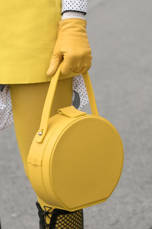 ラウンドボックス型のワンハンドルバッグは、トラディショナルな印象だけど、カラーリングで個性をアピール! そして、バッグの色に合わせたイエローコーデはインパクトあり。ストリートでも目立つこと間違いなし。