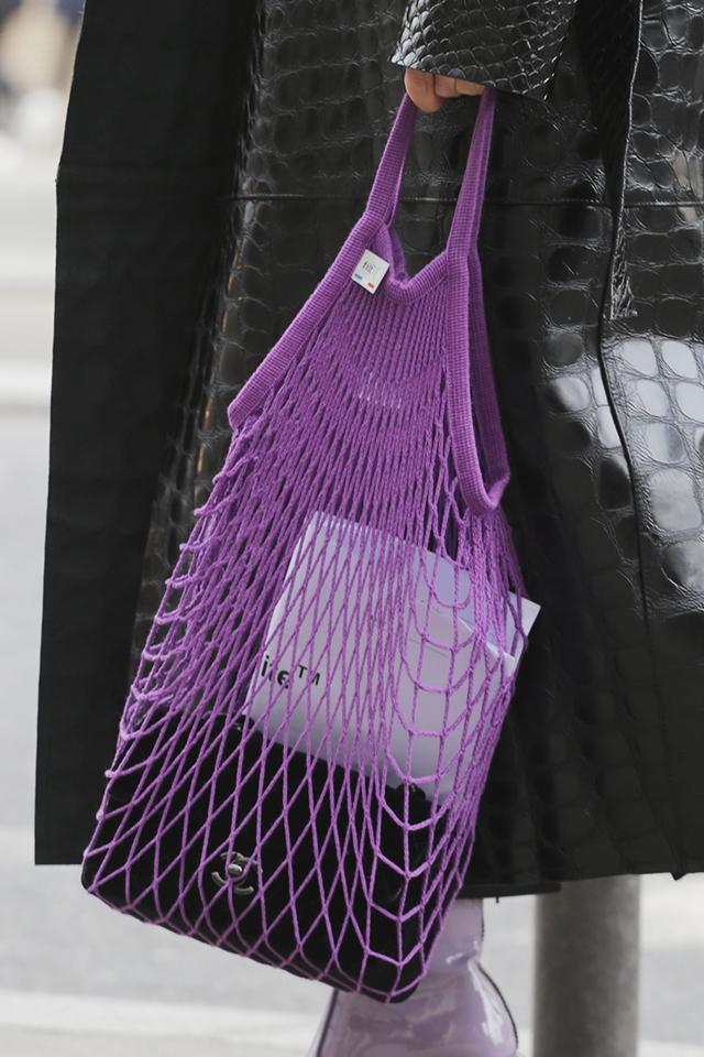 この夏のマストハブバッグと言えば、メッシュタイプ。ブラックレザーのモードスタイルのハズシアイテムとして取り入れてみて。バッグとシューズのトーン違いのカラーコーデもおしゃれ。