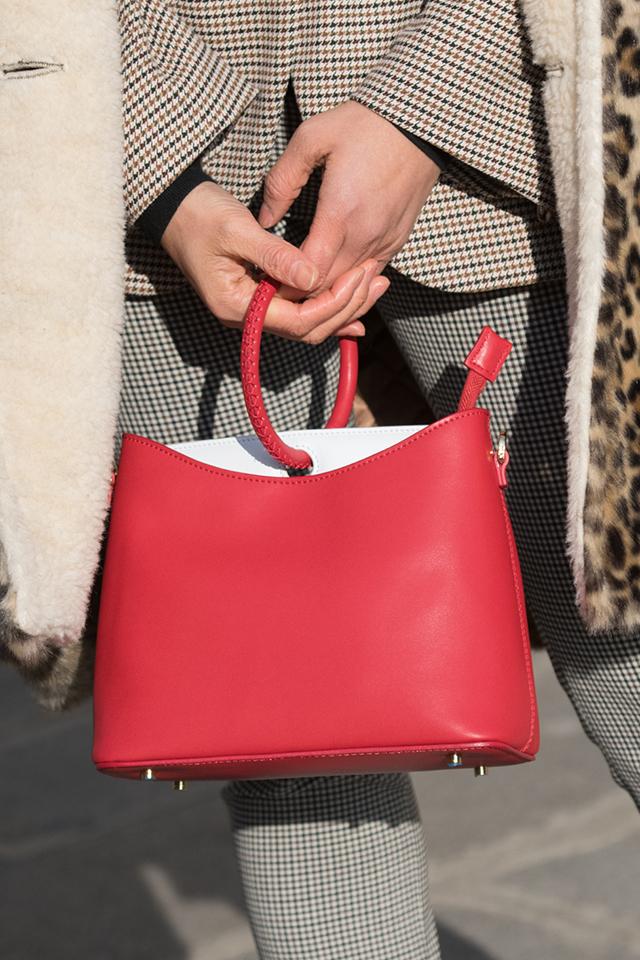 スクエアフォルムのワンハンドルバッグは、どこかキュートな印象。パンツルックのメンズライクなスタイルに取り入れて、ミックス感を楽しみたい。ベルトとカラーリンクした合わせ方もGOOD♪