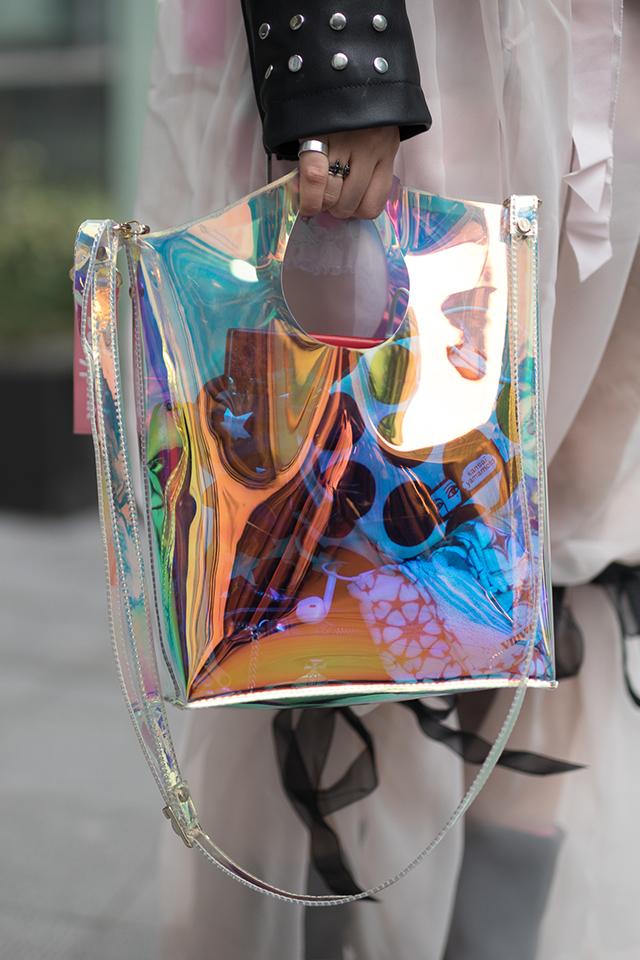 今シーズン大注目のPVC素材のバッグ。オーロラに輝く光沢感が断然可愛い! バケツ型のフォルムもトレンドど真ん中だから、コーディネイトに取り入れるだけで、今っぽい雰囲気が纏える。