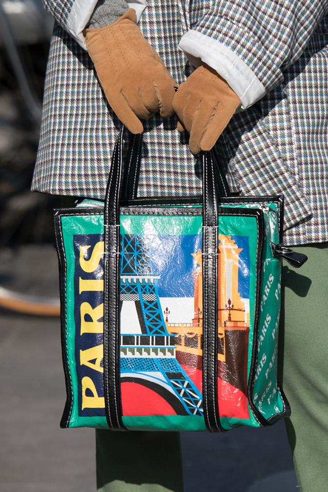 カジュアルなハンドバッグは、絵画のようなデザインとブラックのパイピングでモードな印象を与えている。メンズライクなシルエットのスタイルにラフに合わせるなど、デイリーに持てるのが嬉しい。