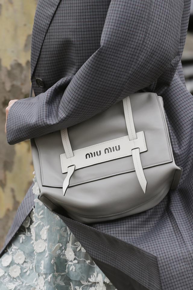 ミニマルなデザインのショルダーバッグは、マルチにコーディネイトできる万能タイプ。そのかっこよさを活かしてスタイリングするのもおしゃれだし、あえて、ガーリーなスタイルに合わせるのも可愛い。