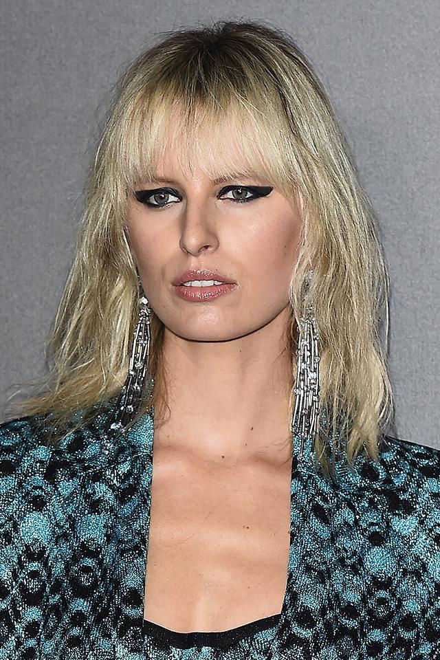 ベテランモデルのカロリナ・クロコヴァは目元ギリギリの前髪を活かして、アイメイクを強めに仕上げてクールな表情に。ヘアスタイルにさり気なく馴染んでいるイヤーアクセサリーの使い方もGOOD♪
