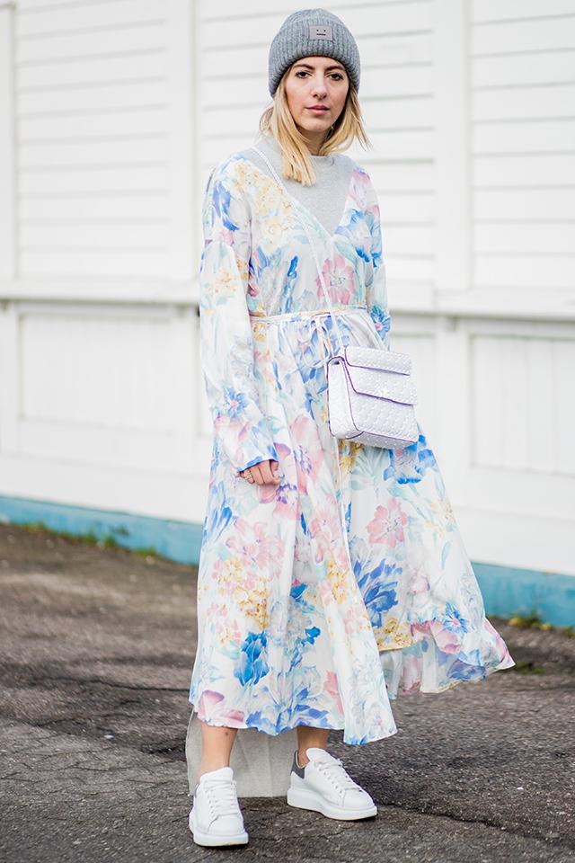 軽やかな生地に、くるみカラーの花柄がデザインされたワンピースが爽やか。ガーリーな装いも可愛いけど、ニットキャップとスニーカーでストリート感をあるスタイルが今の気分にマッチ。