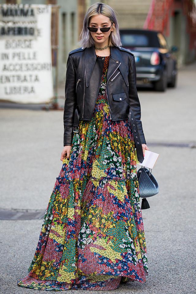 人気モデルのアイリーン・キムはボリューム感あるロングドレスでボタニカル柄を取り入れている。パッチワークのようなデザインがおしゃれ。レザージャケットを合わせてテイストをミックス。