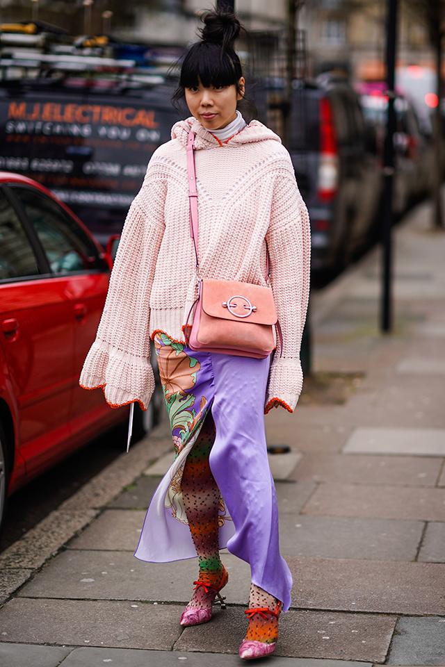 ファッションブロガーのスージー・ロウは、得意のカラーミックスにボタニカル柄をプラス。おしゃれ上級者らしい着こなし! ワンサイドにのみ描かれているから、主張しすぎずコーディネイトに馴染む。