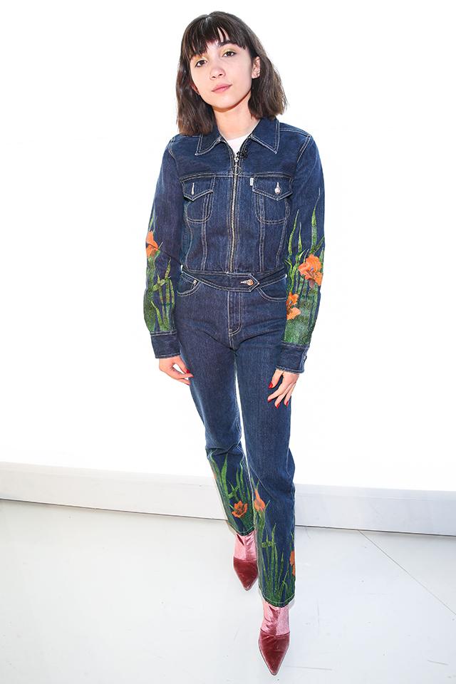ファッショニスタの制服的アイテムであるデニムは、ボタニカルデザインで周りと差が付く着こなしに。ヤングセレブの中でもおしゃれ指数が高い、ローワン・ブランチャードはセットアップでスタイリング。