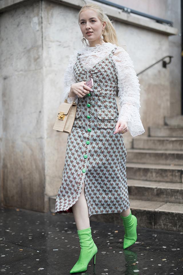 ロマンチックな印象の小柄のワンピースは、レトロガーリーに仕上げるのが可愛い。ボタンの色とリンクしたブーツ、フリル感満載のブラウスが、ヴィンテージな雰囲気を盛り上げている。