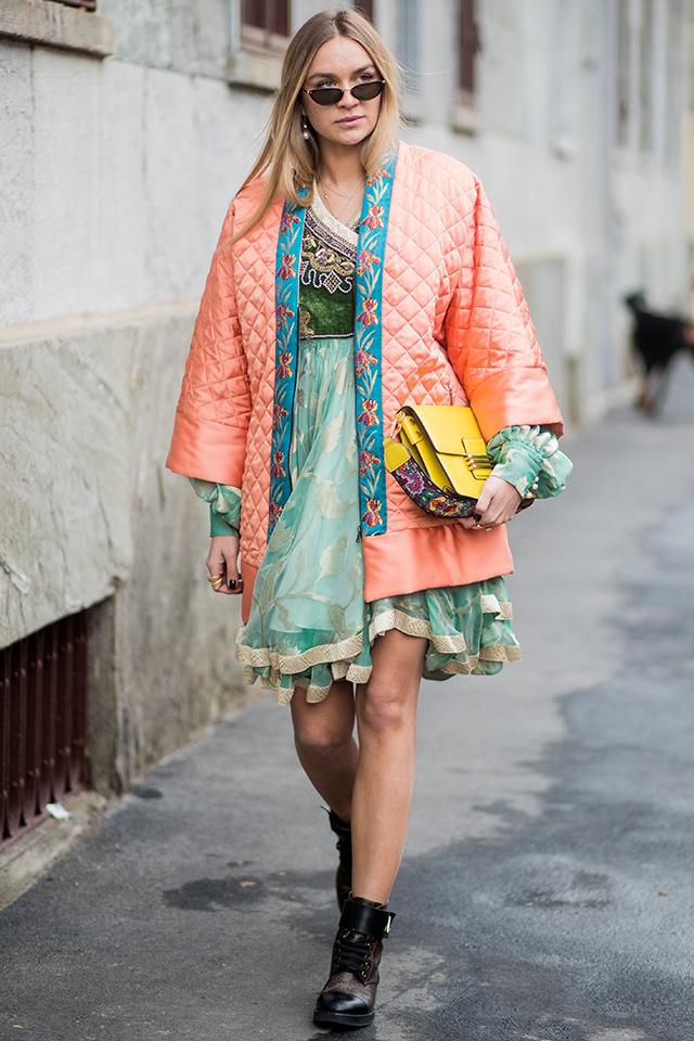 ボタニカルの刺繍デザインが効いているキルティングのガウンがオリエンタルな雰囲気。フリルが重なり合った乙女チックなドレスとのミックス感がモードな雰囲気を後押し。足元をワークブーツで外したところもGOOD。