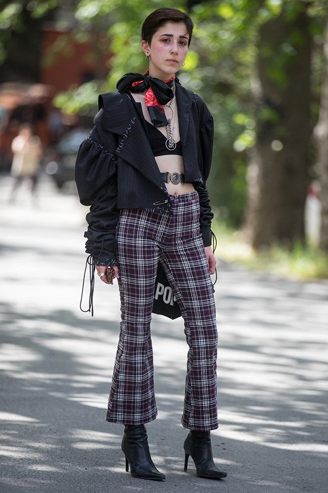 ブラックスタイルなら、ブラトップもクールな印象に。フレアシルエットのチェック柄パンツをアクセントにしつつ、そのほかはブラックでまとめて。肌の上に直接巻いたベルト使いがオリジナリティあり。