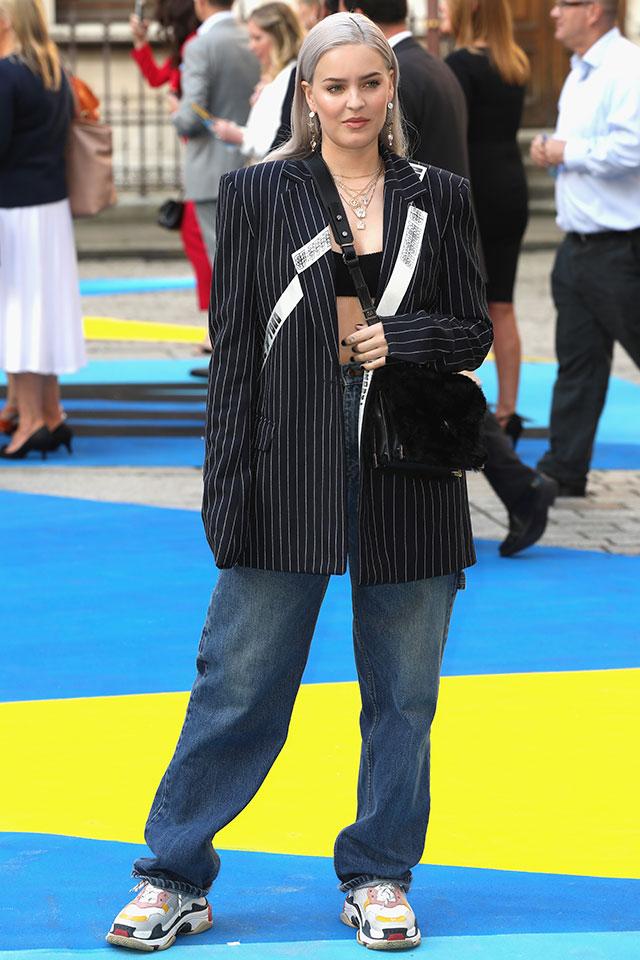 ビッグシルエットのジャケットのインナーには、ブラックカラーのブラトップを。さり気なく取り入れたい人にはおすすめのコーディネイト術。ラフなデニムにハイテクスニーカーを合わせて、ストリートモードに仕上げて。