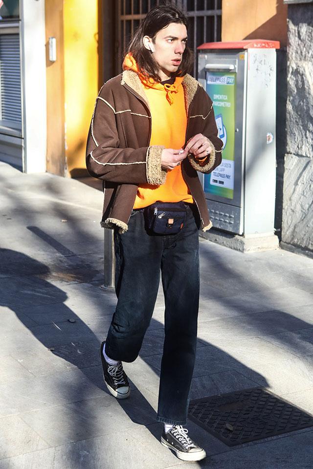 ブラウンと相性のいいオレンジのフーディが目を惹くコーディネイトにムートンジャケットを合わせて、ラフさをほど良く引き締めて。何気ないスタイルだけど、ウエストポーチで今の空気感をオン!