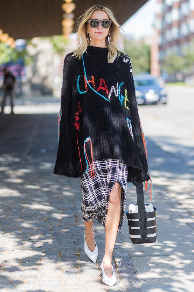 モデルのウィニー・ハーロウは、フード付きミニ丈ドレスも、ショートブーツも、クラッチバッグもすべてメタリック! カラートーンを揃えることで、洗練されたシックな印象を演出できる。