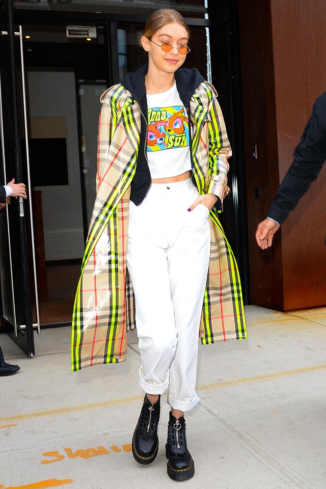人気モデル、ジジ・ハディッドはネオンイエローのラインがアクセントになったチェック柄のコートを愛用。PVC素材なところが今っぽい! ヘルシーに肌見せしつつ、ボリューム感足元に仕上げたところがGOOD。