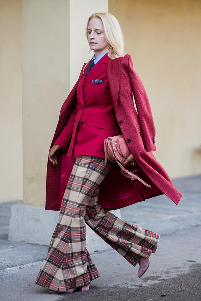 フレアシルエットのチェック柄パンツにワインレッドのジャケットで、モードなグッドガールスタイルに。インナーのシャツはかっちり着こなして。さらに、トーン違いのレッドコートを重ねて自分らしさをトッピング。