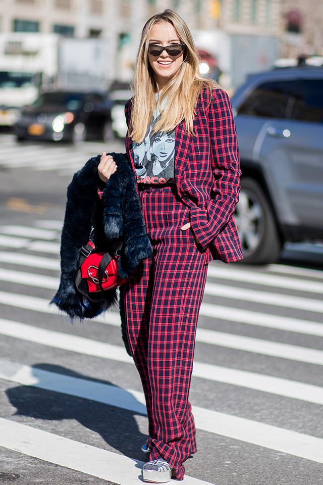 ネイビー×レッドのチェック柄のパンツスーツスタイルがクール。インナーにはヴィンテージTシャツのような味のあるデザインをスタイリングして遊び心を演出。ワイドなシルエットが気分にマッチ。