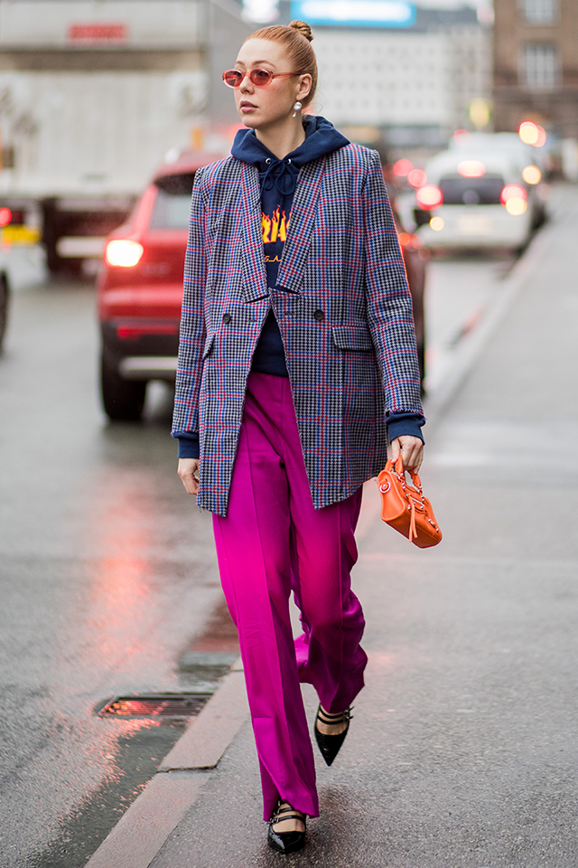 ネイビー×ピンクのチェック柄コートとリンクしたカラーコーディネイトがセンスあり。カチッとしたスタイルだけど、インナーはパーカにしたことでカジュアルな雰囲気に。サングラスやミニバッグの小物使いも素敵。