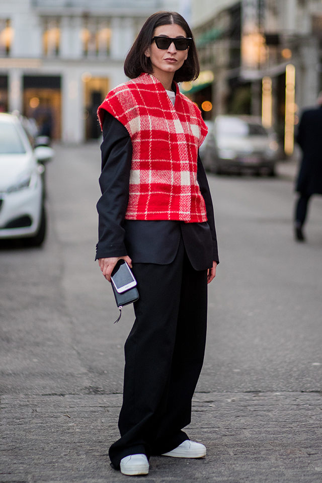 ブラックモードなスタイルにチェック柄のベストを重ねたラフなレイヤードスタイルは、いろんなファッションを楽しんだからこそ辿り着いた余裕を感じる。足元はスニーカーではずして。
