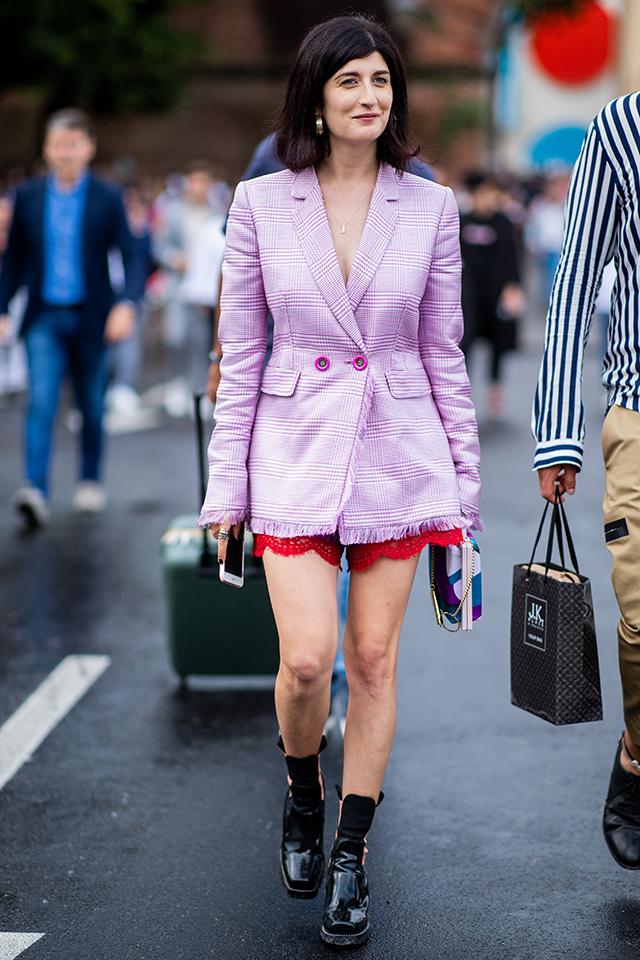 ピンクパープルのチェック柄ジャケットをシャツワンピースのようにスタイリング。袖や裾のフリンジデザインが今っぽくてかわいい。そのジャケットからチラッとのぞくボトムの丈感バランスが絶妙!