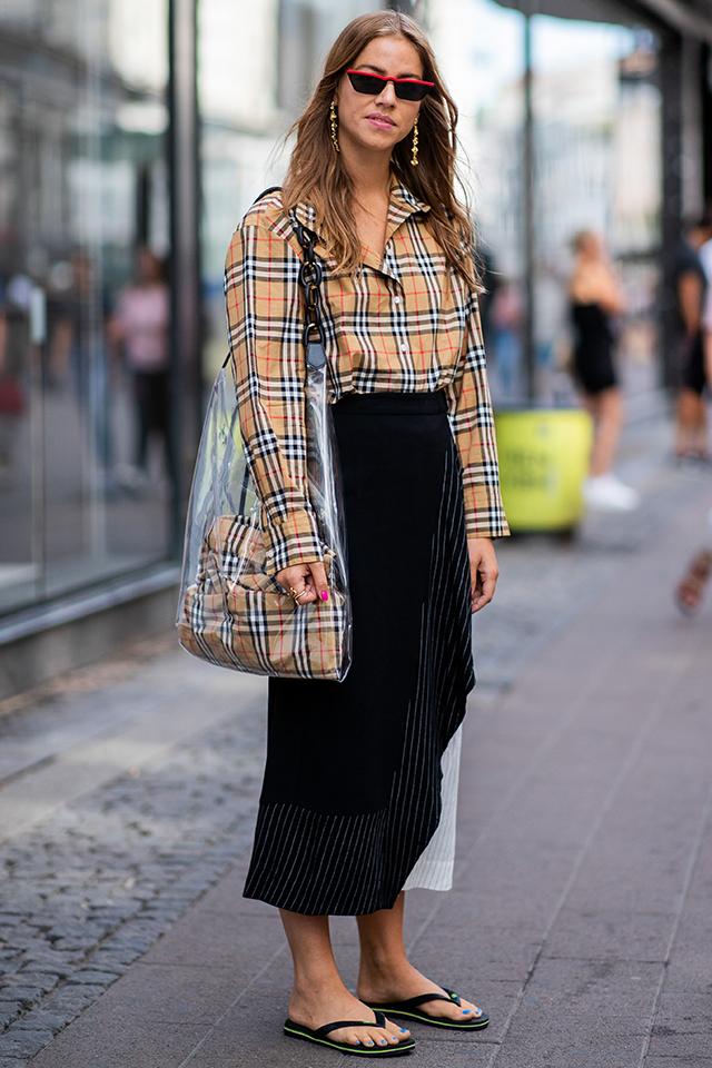 ワンサイズ大きめのチェック柄のシャツをラフにスタイリング。等身大のリラックスした雰囲気がおしゃれ! PVCバッグにシャツを同じ柄のアイテムをインしたセンスも真似したい。