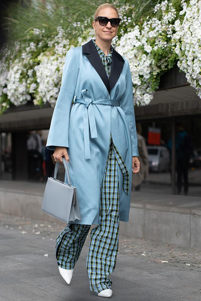 チェック柄のセットアップスタイルに同系色のコートをオン。シンプルだけど、洗練された雰囲気がモードさを高める。かっちりしたバッグやタイトにまとめたヘアスタイルもセンスの良さを後押ししている。