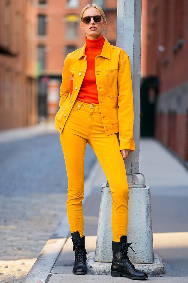 ストリートでも目立つこと間違いなしのマスタードカラーのセットアップスタイル。インナーにオレンジレッドのタートルネックを合わせることで、おしゃれ上級者のカラーボムスタイルが完成! 足元はハードなワークブーツで外して。