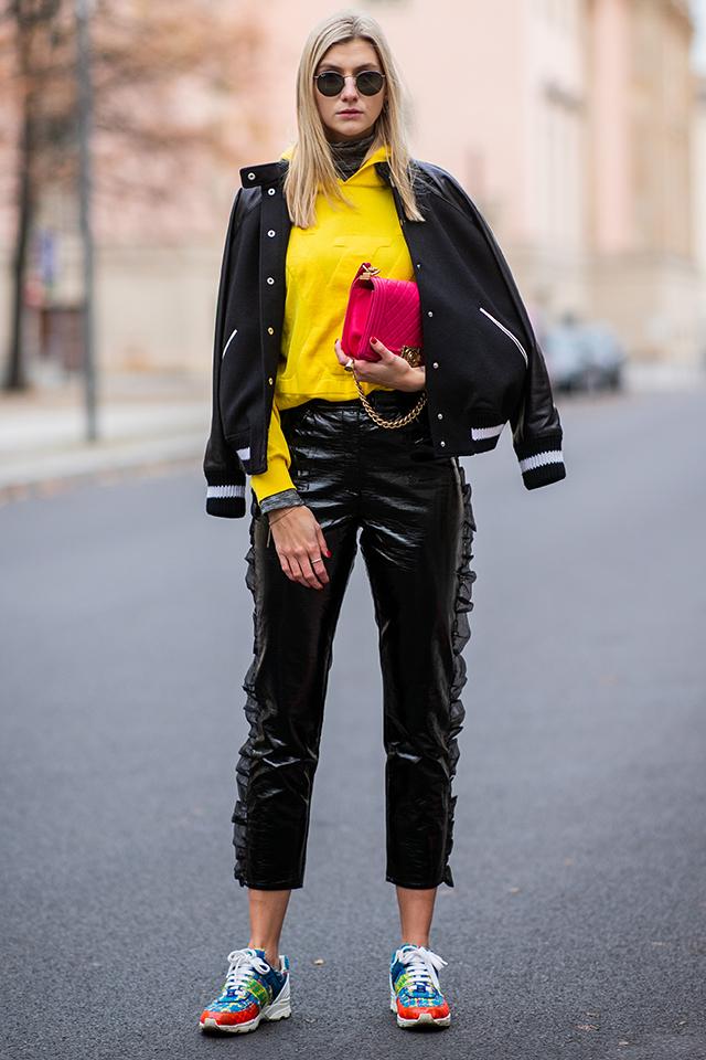 カラーボムスタイルの初級者は、ブラック×カラーアイテムのコーディネイトがおすすめ。スポーティなアイテムとのミックスは今っぽくて、おしゃれ指数も高め! ピンクバッグで女性らしさも忘れずに。