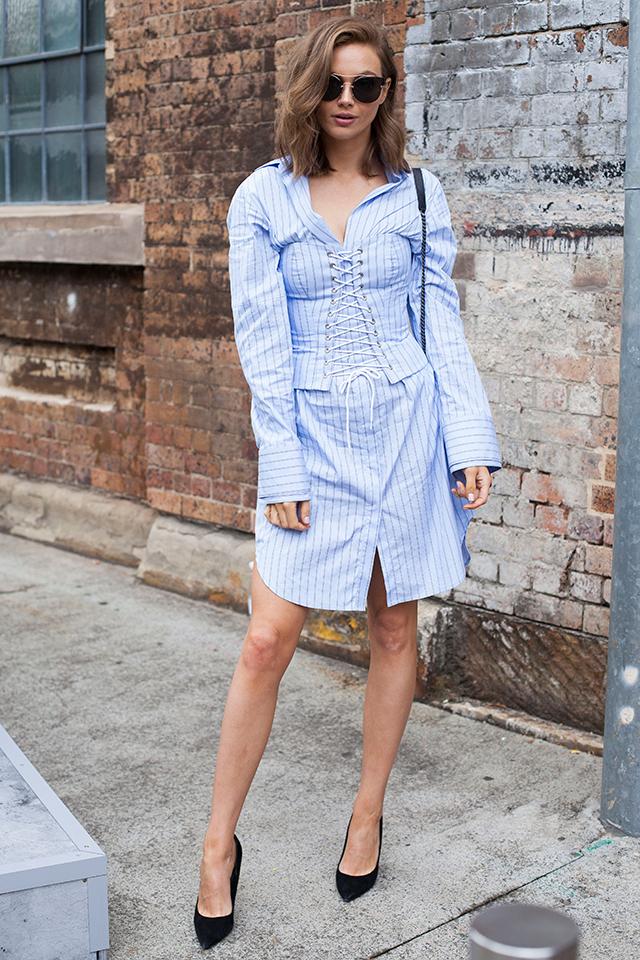 シャツドレスと同じデザインのコルセット使いがおしゃれ。パートナーのシャツを借りたようなビッグシャツを女性らしくスタイリング。ブラックでまとめた小物使いも雰囲気あり!