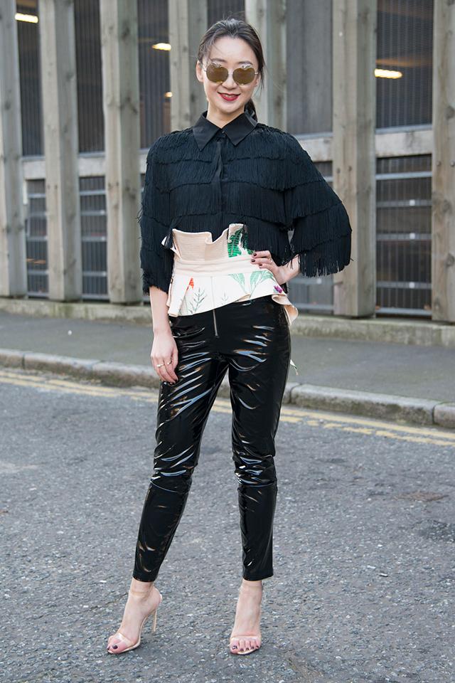 フリルのよう波打ったデザインが特徴的なコルセット。ブラックコーデのポイントとして取り入れるだけで、最旬スタイルに変身! ヌーディなシューズで女性らしさをトッピングして。