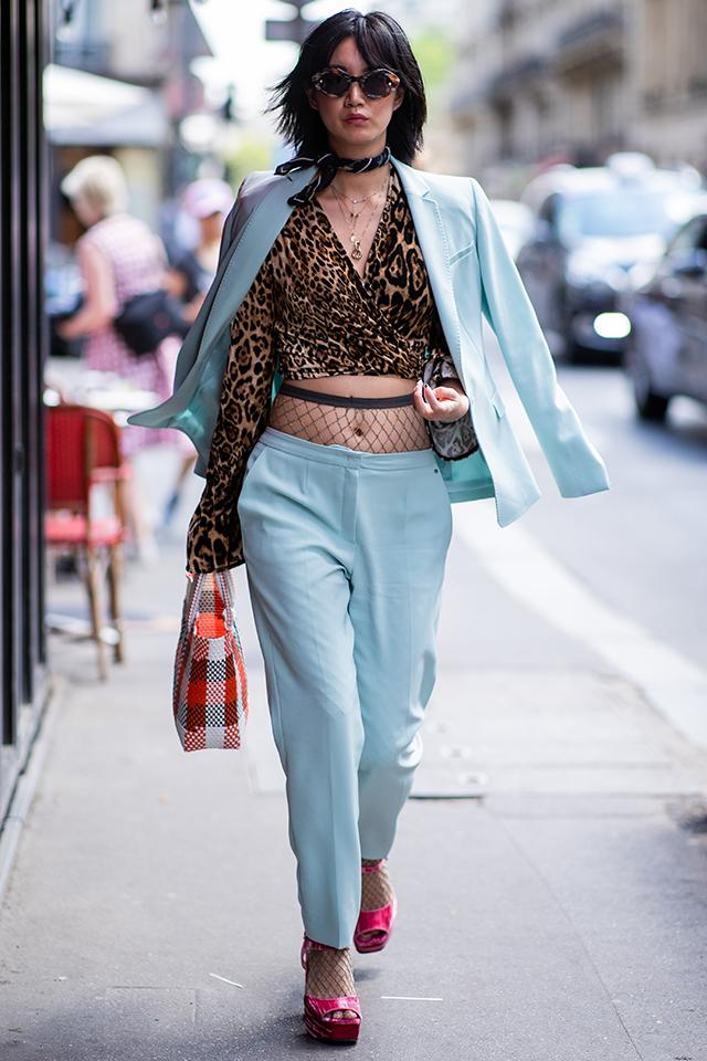 ペールブルーのクールなパンツスーツを、レディ仕立てに。レオパード柄のカシュクールトップスは、クロップド丈にして、今っぽさを忘れずに。メッシュアイテムとのレイヤードもGOOD♪