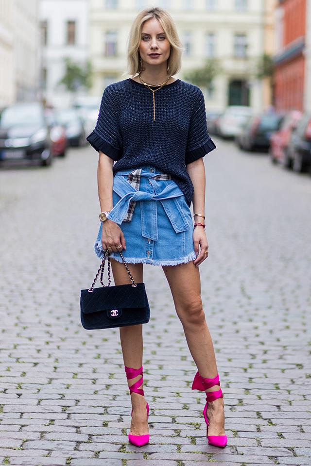 デニムスカートは遊びの効いたユニークなデザインがグッド。シンプルなトップスと合わせても存在感あるスタイルに! 足元にはピンヒールをインして、レディでモードな雰囲気をトッピング。