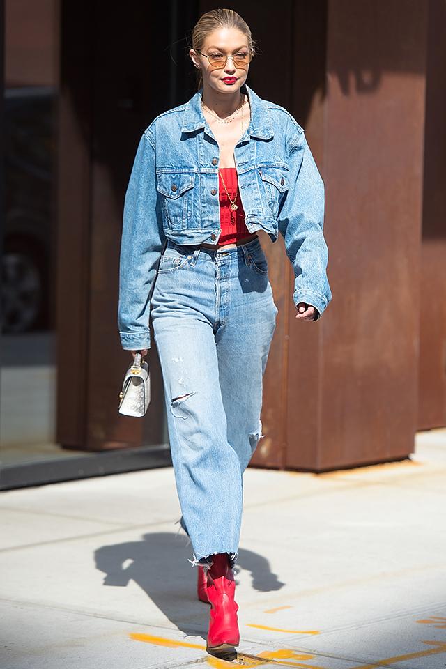 人気モデルのジジ・ハディッドは、セットアップにスタイリング。デニムと相性のいいレッドアイテムをポイントに取り入れつつ、どこか90'sの雰囲気を楽しんで。コンパクトにまとめたヘアスタイルも高バランス作りに一役買っている。