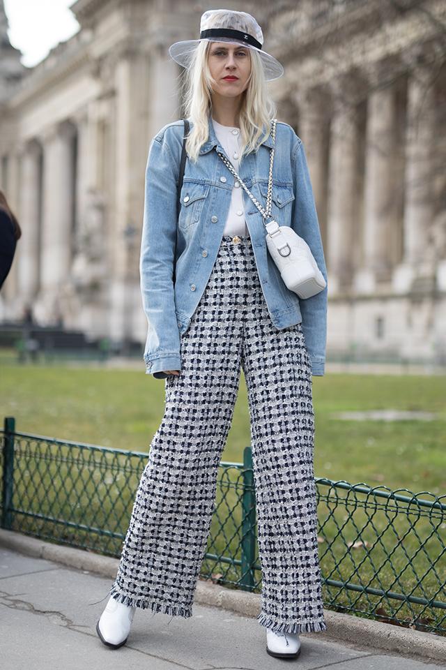 人気ブロガーのリンダ・トールはシャーベットブルーのGジャンがお気に入り。太めのパンツと合わせたラフさがおしゃれ。PVCのハットやバッグのチェーン使いなど、小物で自分らしさを表現。