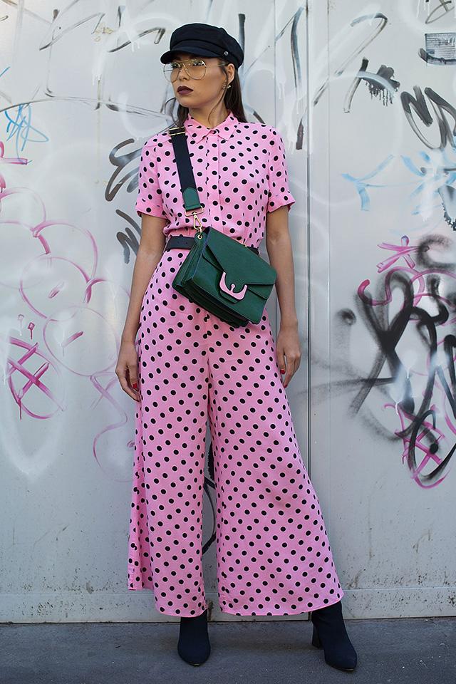 ピンク×ブラックのドット柄のオールインワンは1枚でスタイルが決まる。小物類はシンプルにまとめつつも、ウェアとさりげなくカラーリンクしたバッグと取り入れているあたりがおしゃれ上級者のテク。