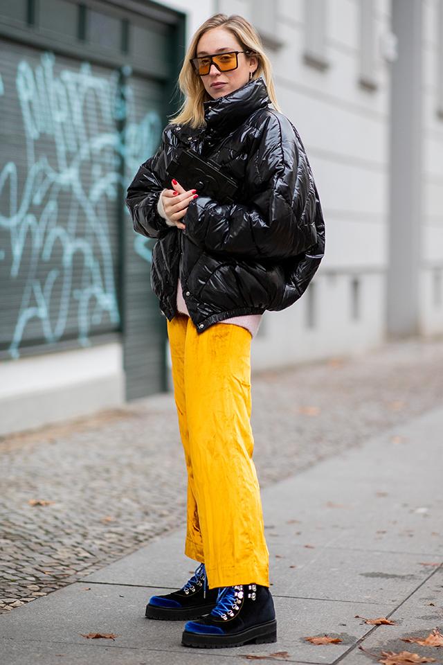 ベーシックなブラックカラーのダウンジャケットは、バルーンのようなシルエットでオリジナリティを出して。カラーアイテムと合わせれば、コーディネイトにアクセントがつく。パンツとサングラスのレンズのセイムカラー使いもセンスあり。