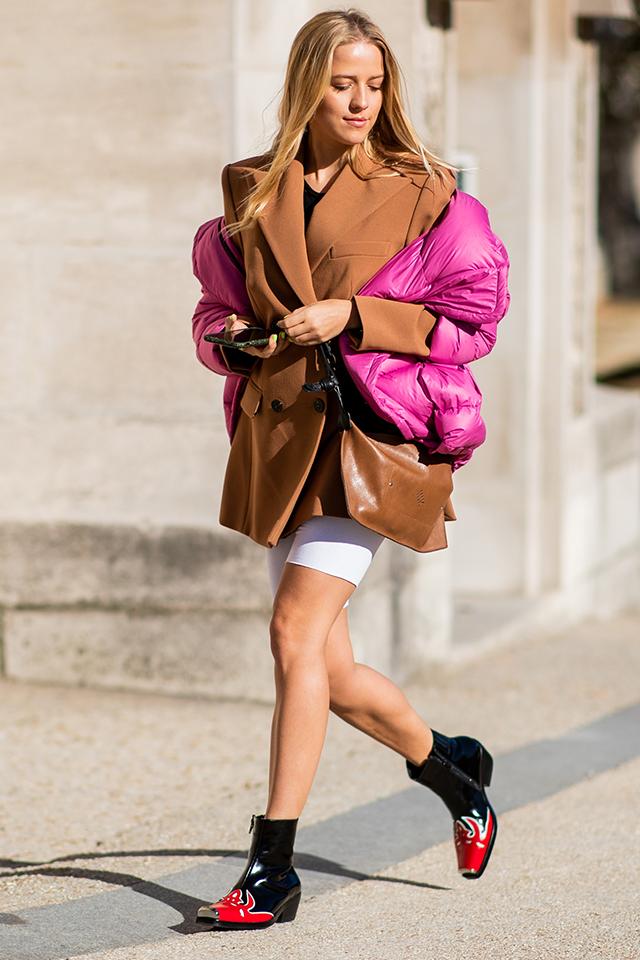 ダウンジャケットは定番アイテムだからこそ、色使いで自分らしさを表現。ベーシックカラーの80'sスタイルの差し色として取り入れれば、コーディネイトのポイントになって洗練された雰囲気に。