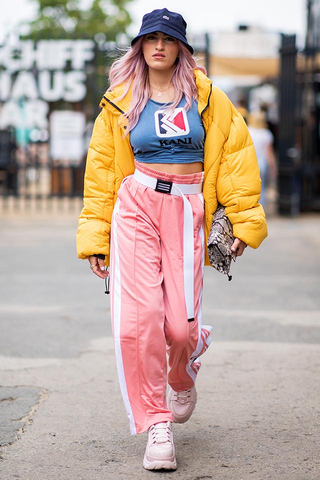 90年代のリバイバルスタイルのお手本のようなスタイル。カラースタイルにさらにイエローカラーのダウンジャケットを合わせたスタイリングセンスはさすが! ヘビ柄のクラッチバッグでさりげなくスパイスを。