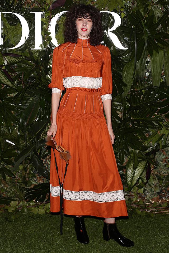 どこかレトロな雰囲気のロングドレスは、1枚でスタイルが完成する優秀アイテム。ベーシックなショートブーツを合わせたことで、そのレトロガーリーさを引き立てている。カーリーヘアも可愛い!